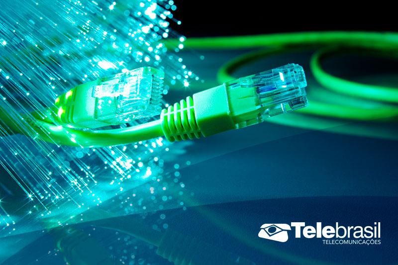 cafcdb48b3 A fibra ótica não envia dados da mesma maneira que os cabos convencionais.  Para garantir mais velocidade, todo o sinal é transformado em luz, com o  auxílio ...